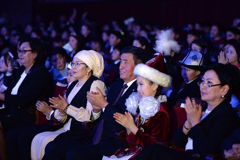 Президент КР Сооронбай Жээнбеков и первая леди Айгуль на президентской елке в Национальной филармонии имени Токтогула Сатылганова