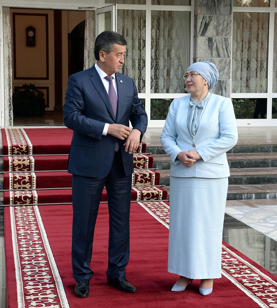 Президент Сооронбай Жээнбеков с супругой в ожидании зарубежных гостей