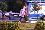 Прохожий идет по тротуару во время дождя. Архивное фото