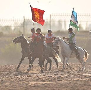 Игроки сборной Кыргызстана и Узбекистана по кок-бору перед финальной игрой в рамках III Всемирных игр кочевников на ипподроме в Чолпон-Ате