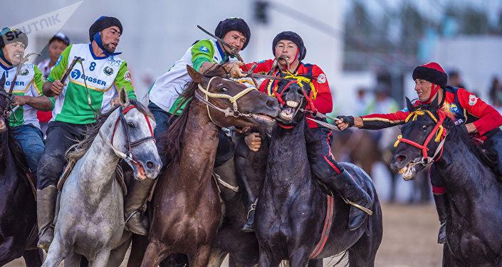 Игроки сборной Кыргызстана и Узбекистана по кок-бору во время финальной игры в рамках III Всемирных игр кочевников на ипподроме в Чолпон-Ате. Архивное фото