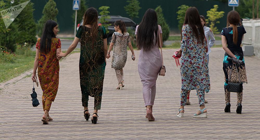 Прогулки с большими девочками попами