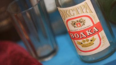 Пустая бутылка водки. Архивное фото