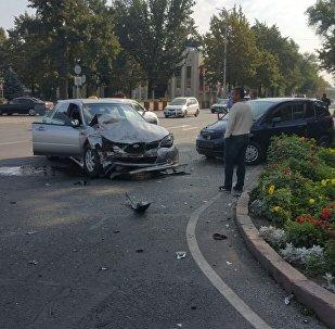 Последствия ДТП на пересечении проспектов Чуй и Эркиндик в Бишкеке