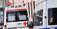 Автомобили скорой помощи и полиции на улице Москвы.