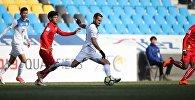 Полузащитник сборной Кыргызстана по футболу Эдгар Бернхардт во время матча