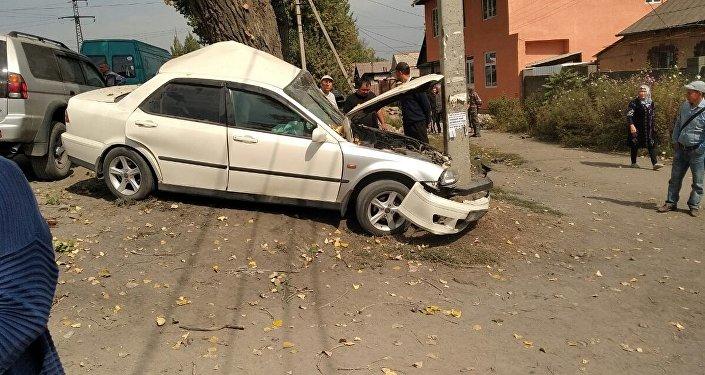 В Бишкеке на пересечении проспекта Молодой Гвардии и улицы Махатмы Ганди легковое авто съехало с трассы и врезалось в столб и дерево