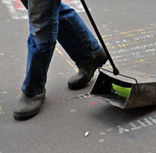 Мужчина подметает улицу. Архивное фото