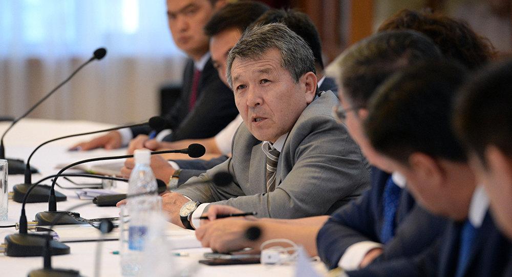 Президент менен өкмөттүн иш башкармалыгы башчысы Туруспек Коеналиев. Архивдик сүрөт