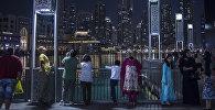 Туристы на набережной у небоскреба Бурдж-Халифа в Дубае. Архивное фото