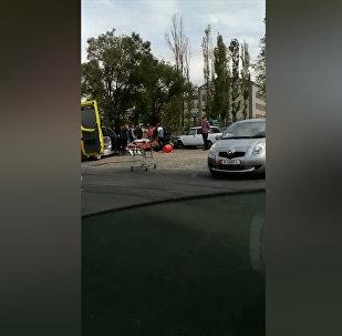 В Бишкеке столкнулись два авто, одно из них сбило продавщицу кваса — видео