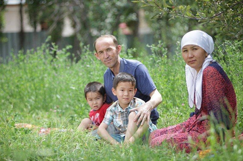 Депутат Абдывахап Нурбаев с семьей