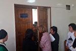 Супруга Кулматова стучалась в дверь зала суда, куда ее не пустили. Видео