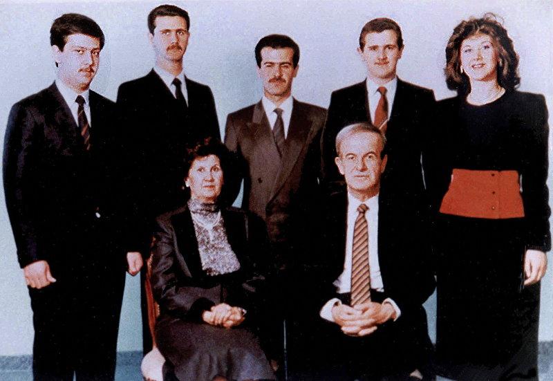 В семейной картине 1985 года сирийский президент Хафез аль-Асад и его жена Анисса Махлуф, за ними их пятеро детей: Бушра, 1960 года рождения, Майд, 1967 года рождения, Бассель (1962-94), Башар, 1965, и самый молодой, Махер, 1968.