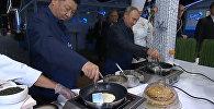 Владимир Путин и Си Цзиньпин приготовили блины с икрой — видео