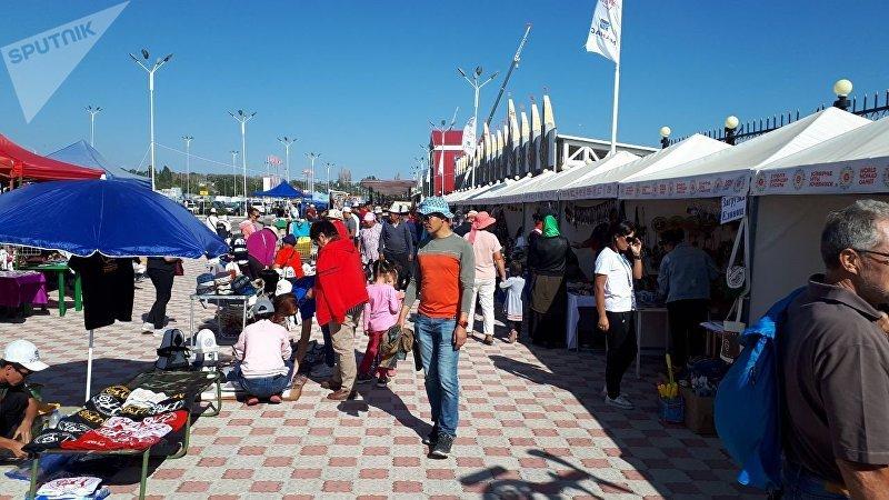 Ярмарка сувениров и национальной одежды у ипподрома в Чолпон-Ате