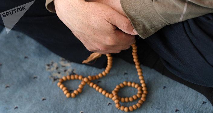 Мусульманин держит четки в руке. Архивное фото