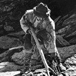 Жаш актёр Марат Жантелиев капканга түшүп калган ак илбирс менен алышып жаткан учуру, 1984-жылы Чүй облусунда тартылган