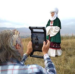 Известный фотограф National Geographic из Канады Крис Рейнер проводит фотосъемку кыргызской традиционной одежды в Иссык-Кульской области