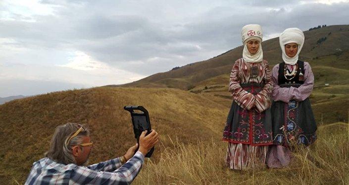 Съемки фотографа National Geographic Криса Рейнера традиционной одежды в Иссык-Кульской области