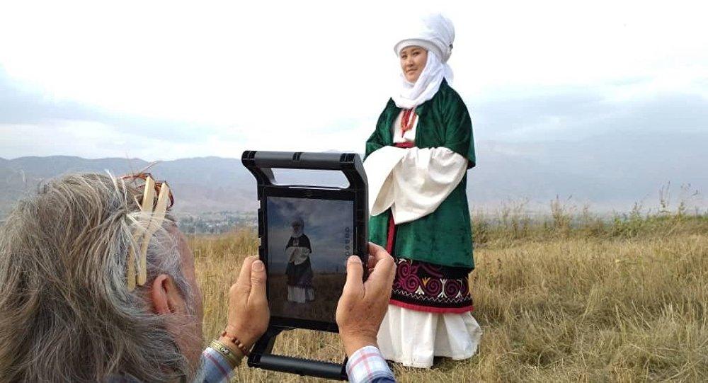 National Geographic журналынын канадалык фотографы Крис Рейнир Ысык-Көл облусунда кыргыз улуттук кийимдерин сүрөткө тартып жүрөт.