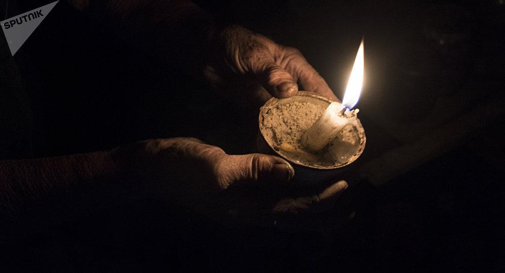 Женщина держит свечу. Архивное фото