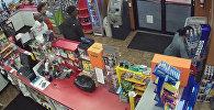 У продавца сердечный приступ, а подростки грабят магазин. Видео