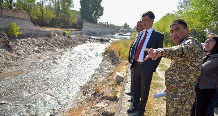 Мэр Бишкека Азиз Суракматов ознакомился с процессом берегоукрепительных работ вдоль русла реки Ала-Арчи