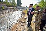 Борбор калаанын башчысы Азиз Суракматов Ала-Арча дарыясынын жээгин бекемдөө иштери менен таанышты