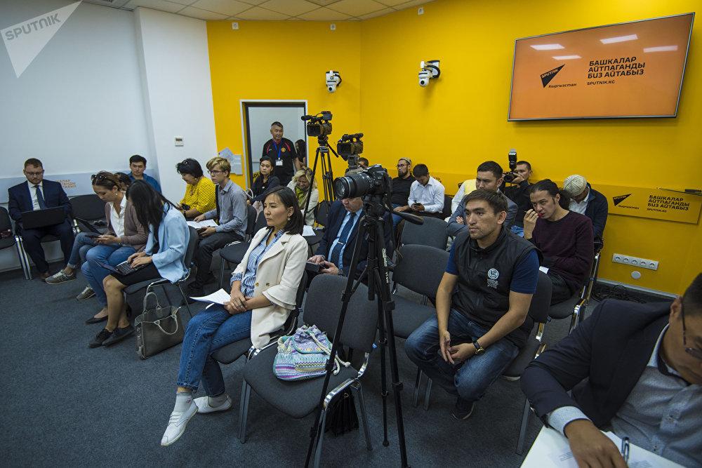 Представители СМИ во время пресс-конференции