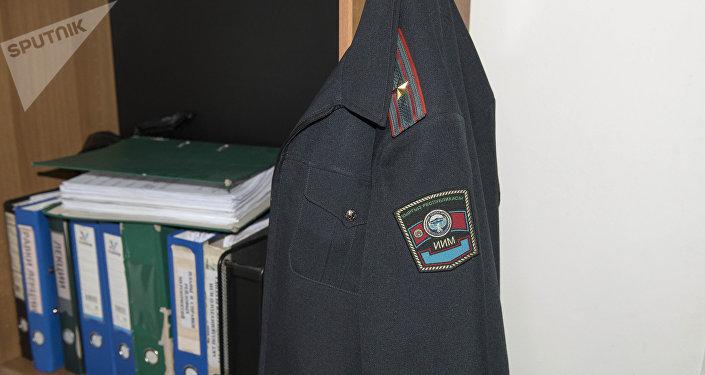 Форма сотрудника милиции в рабочем кабинете. Архивное фото