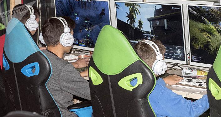 Рейд по выявлению несовершеннолетних в ночное время в компьютерных клубах в Бишкеке
