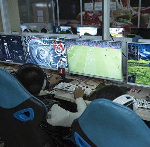 Подростки играют в компьютерные игры. Архивное фото