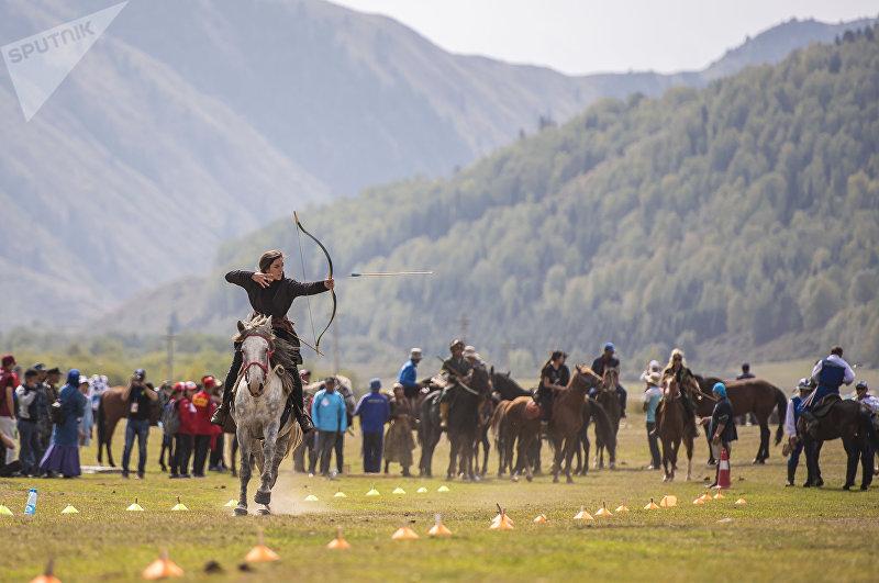 Лучница из Венгрии показывает свое мастерство на третьих всемирных играх кочевников