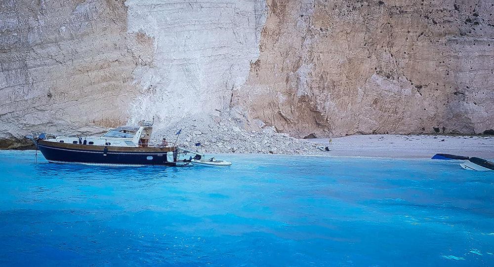 Часть скалы обрушившаяся на греческом острове Закинтос. 13 сентября 2018