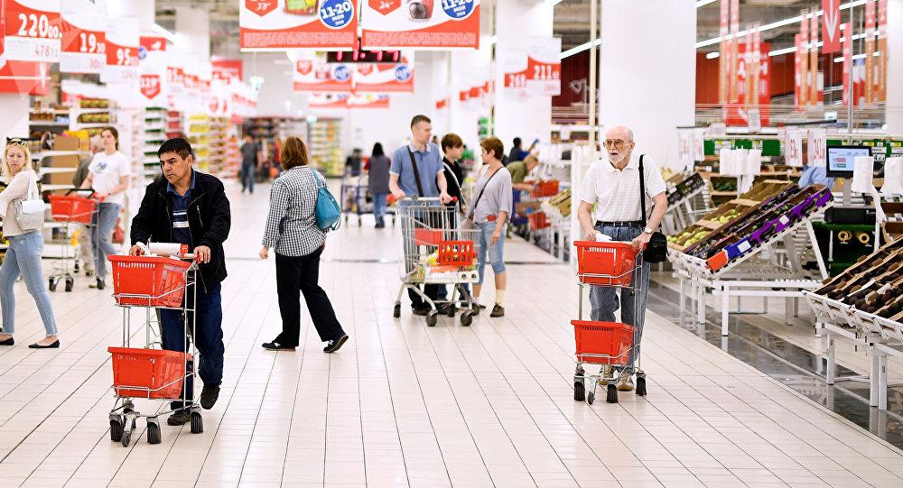 Покупатели в гипермаркете Ашан в Москве. Архивное фото