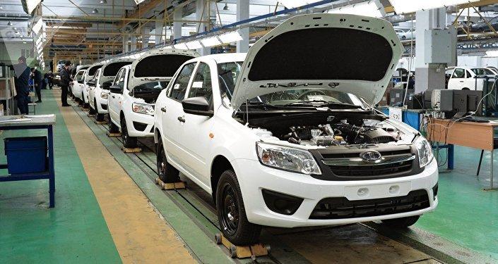 Автомобили Lada Granta на конвейере. Архивное фото