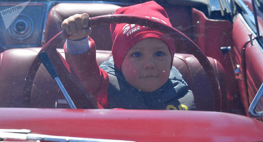 Ребенок за рулем автомобиля. Архивное фото