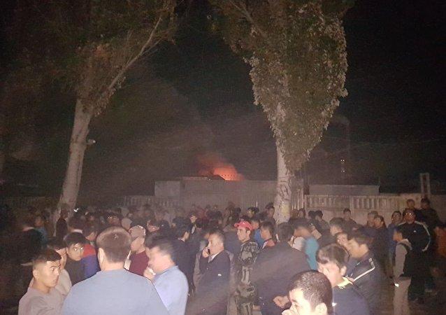 В Бишкеке горит рынок Мадина сообщили очевидцы.