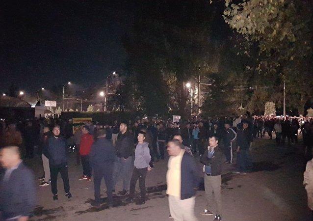 В Бишкеке горит рынок Мадина