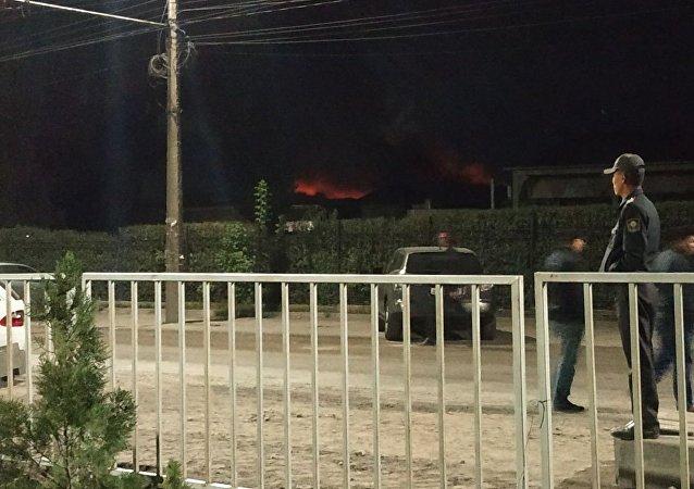 Очевидцы на месте пожара на рынке Мадина в Бишкеке