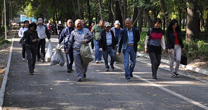 Саламаттык сактоо министрлигинин кызматкерлери Юлиус Фучик атындагы паркты таштандылардан, желим бөтөлкөлөрдөн арылткан