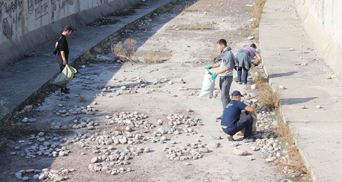 ӨКМчилер Бишкекте Чоң Чүй каналынын нугун тазаласа, Ош калаасында аталган министрликке караган аймактарды тазалашты