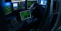 Компьютерде иштеп аткан хакер. Архивдик сүрөт