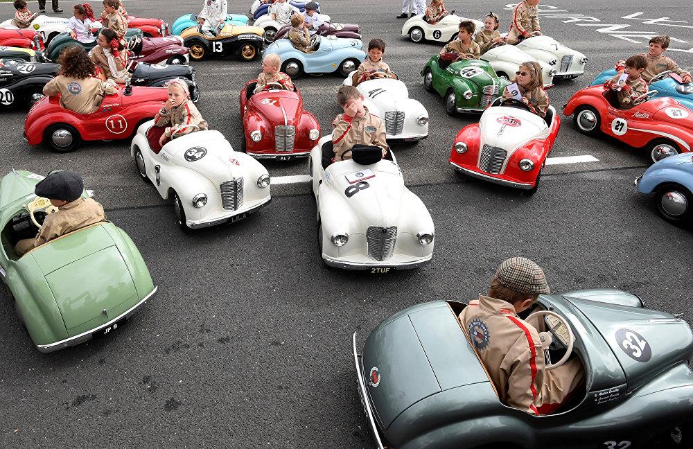 Улуу Британиянын түштүгүндө өткөн Goodwood Revival ретро-фестивалынын алкагында уюштурулган балдардын автоунаа жарышы