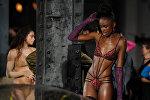 Нью-Йорк шаарында өткөн мода жумалыгында модель Savage X Fenty коллекциясын көрсөтүүгө даярданып жатат