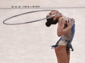 Катрин Тасева (Болгария) выполняет упражнения в финальных выступлениях с обручем в индивидуальной программе на чемпионате мира по художественной гимнастике 2018 в Софии.