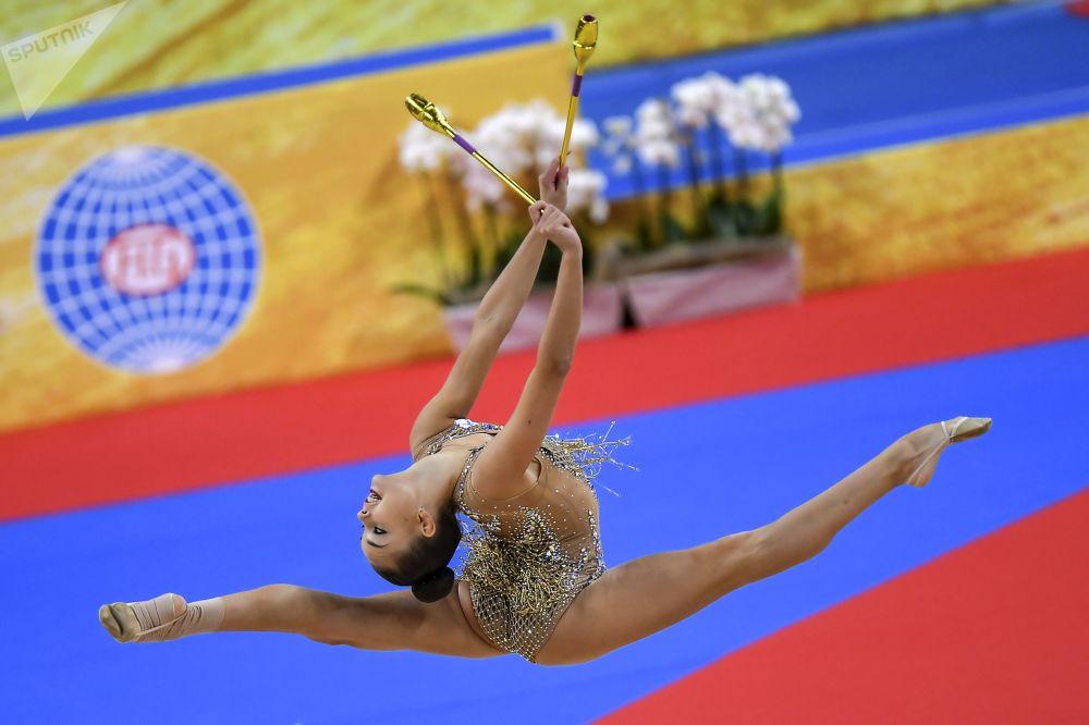 Дина Аверина (Россия) на чемпионате мира по художественной гимнастике 2018 во время выступления с булавами в индивидуальной программе