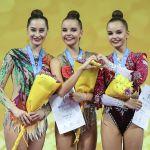 Слева направо: Катерина Галкина (Беларусь), завоевавшая серебряную медаль, Дина Аверина (Россия), завоевавшая золотую медаль и Арина Аверина (Россия) завоевавшая бронзовую медаль, в упражнениях с булавами в индивидуальной программе