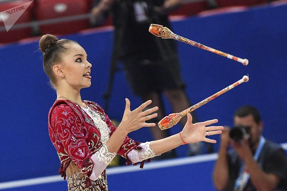Арина Аверина (Россия) выполняет упражнения в квалификационных выступлениях с булавами в индивидуальной программе на чемпионате мира по художественной гимнастике 2018 в Софии